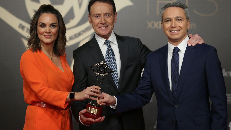Matías Prats, Mónica Carrillo y Vicente Vallés, tras recibir el 'Premio a la trayectoria Jesús Hermida', en la gala de entrega de los XXI Premios Iris de la Academia de Televisión. (EFE)