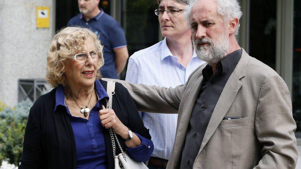 Foto: La alcaldesa de Madrid, Manuela Carmena (i), junto al coordinador general de la Alcaldía, Luis Cueto. (EFE)