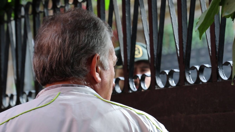 Foto: Miguel Ángel habla con la Guardia Civil a través de la puerta. (E. Torrico)