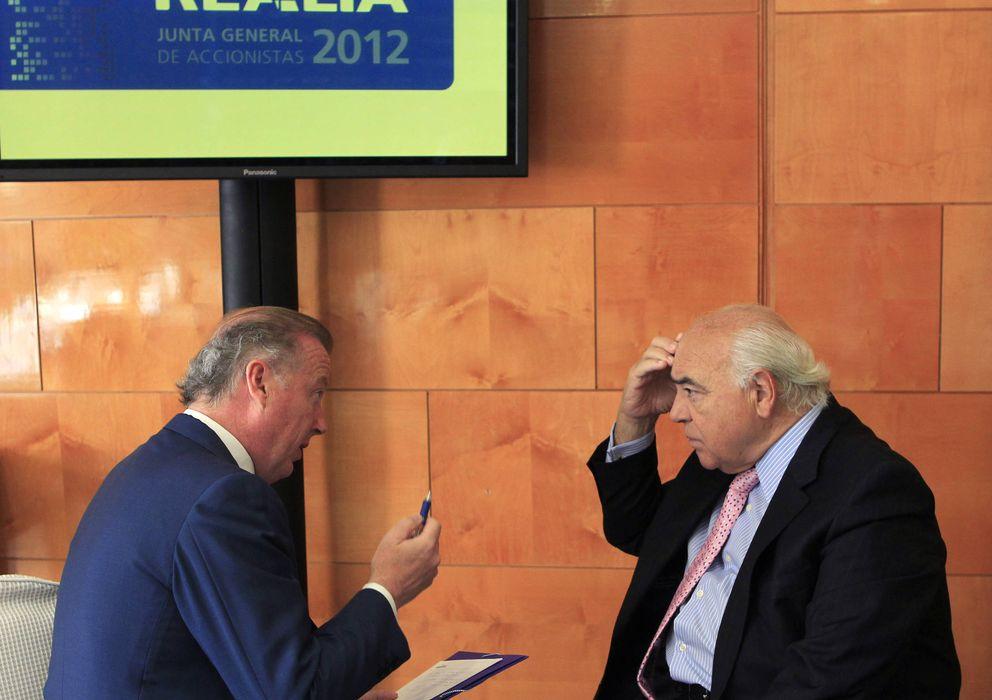 Foto: El presidente de Realia, Ignacio Bayón (d), conversa con el director general, Iñigo Aldaz. (EFE)