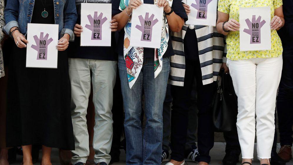 Foto: El minuto de silencio en repulsa ante el asesinato. (EFE)