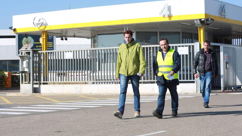 GRAF1467. FIGUERULAS(ZARAGOZA) (ESPAÑA), 31 01 2018.-Miembros del comité de empresa de Opel España a las puertas de la factoría de Figueruelas (ZARAGOZA), tras la votación del preacuerdo del convenio en la que ha ganado el sí por más de la mitad de los votos. EFE Javier Cebollada