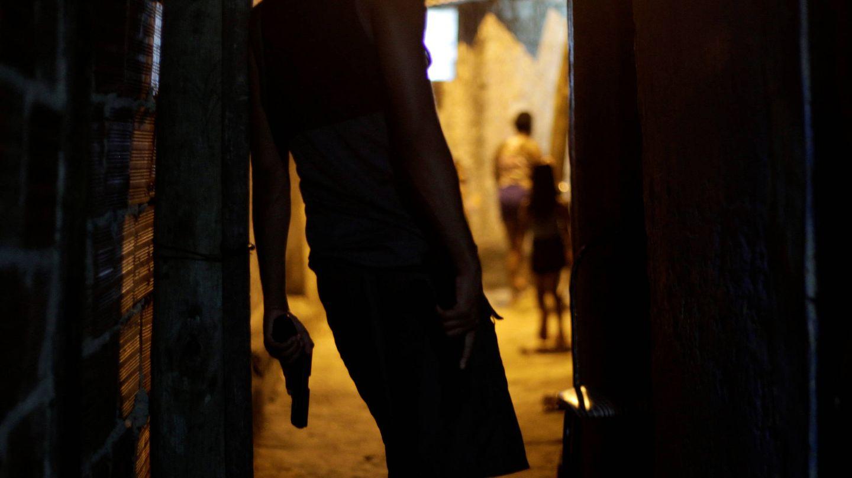 Un miembro de una banda posa con una pistola en una favela de Río de Janeiro. (Reuters)