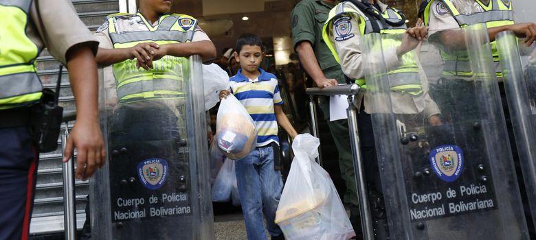 Foto: Un niño sale de un supermercado intervenido por el Gobierno de Maduro en Caracas (Reuters).