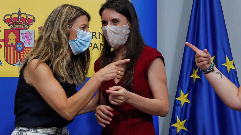 Foto: Las ministras de Trabajo y Economía Social, Yolanda Díaz (i), e Igualdad, Irene Montero (d), durante un acto. (EFE)
