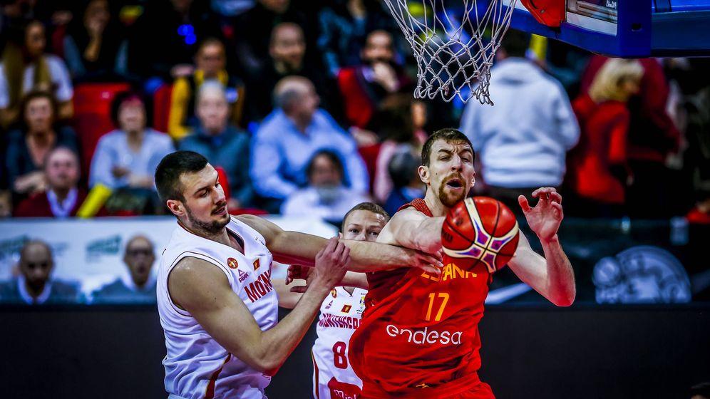 Foto: Fran Vázquez en un lance del España-Montenegro de este lunes en Zaragoza. (FEB)
