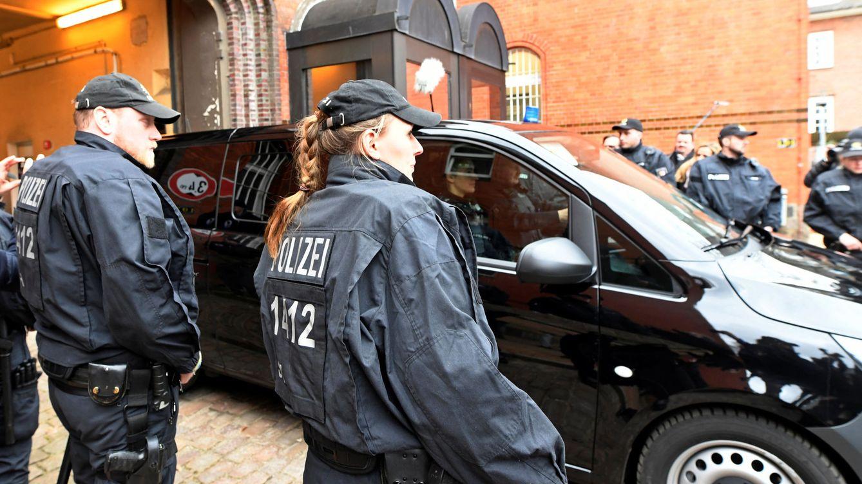 Foto: El vehículo en que se cree se transporta a Carles Puigdemont abandona la cárcel el 26 de marzo de 2018. (Reuters)