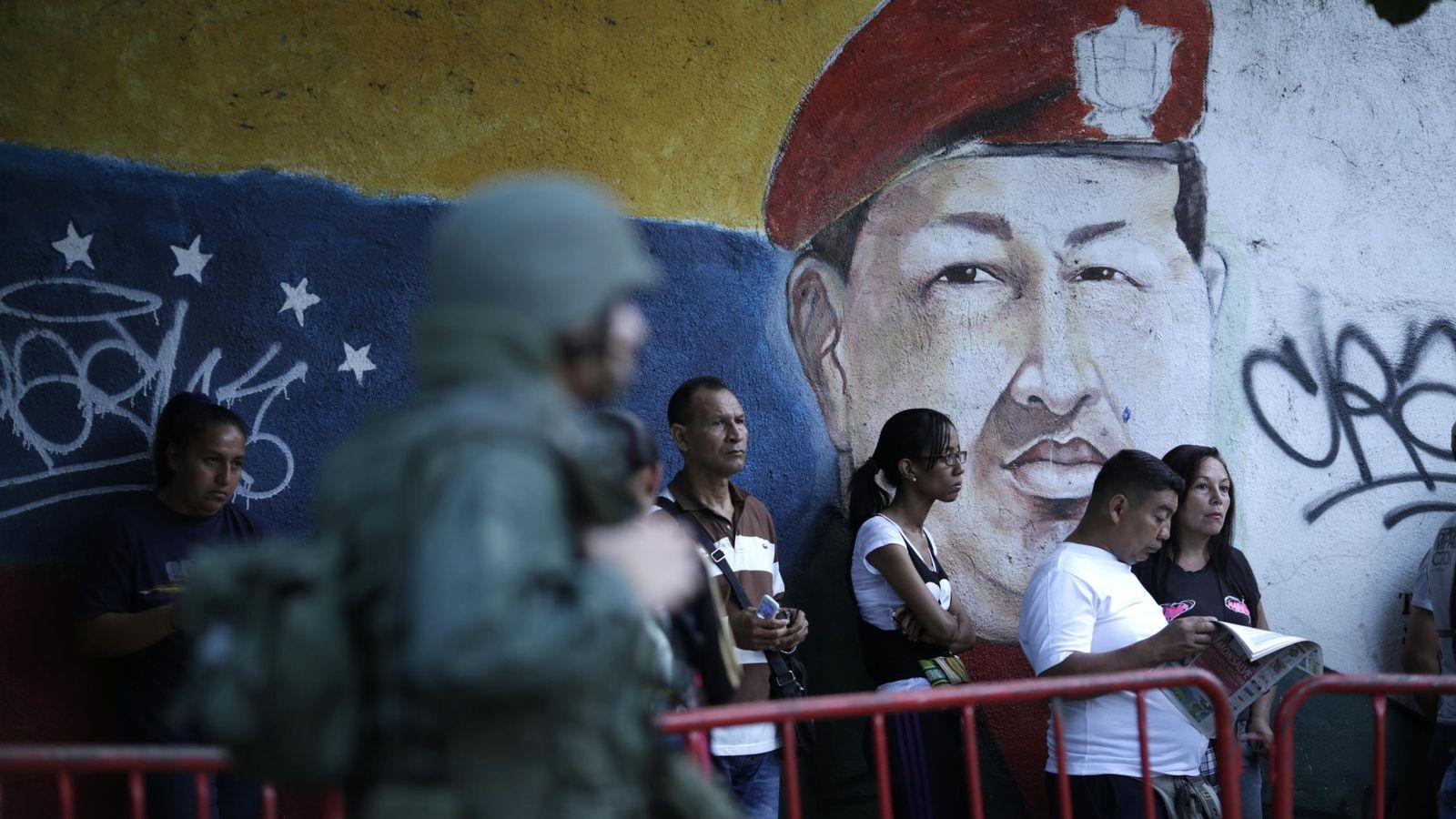 Foto: Personas esperando a votar durante las elecciones a la Asamblea Constituyente, el pasado domingo en Caracas. (Reuters)