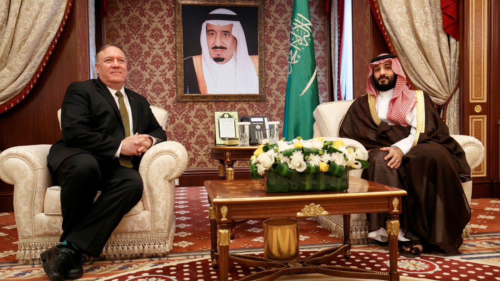 Foto: Bin Salam, junto a Mike Pompeo. (Reuters)
