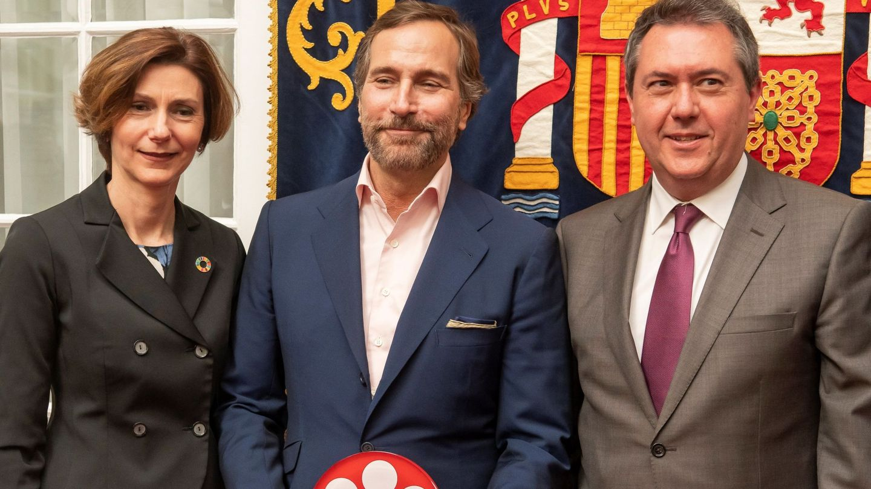 Isabel Oliver, James Costos y el alcalde de Sevilla. (EFE)