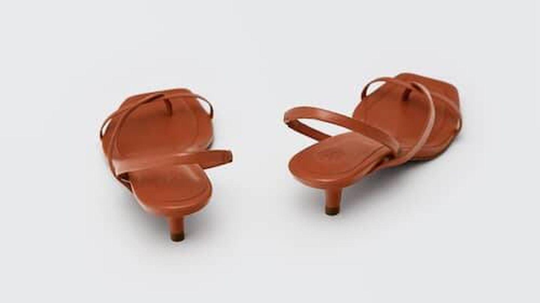 Las sandalias de tacón sensato de Massimo Dutti. (Cortesía)