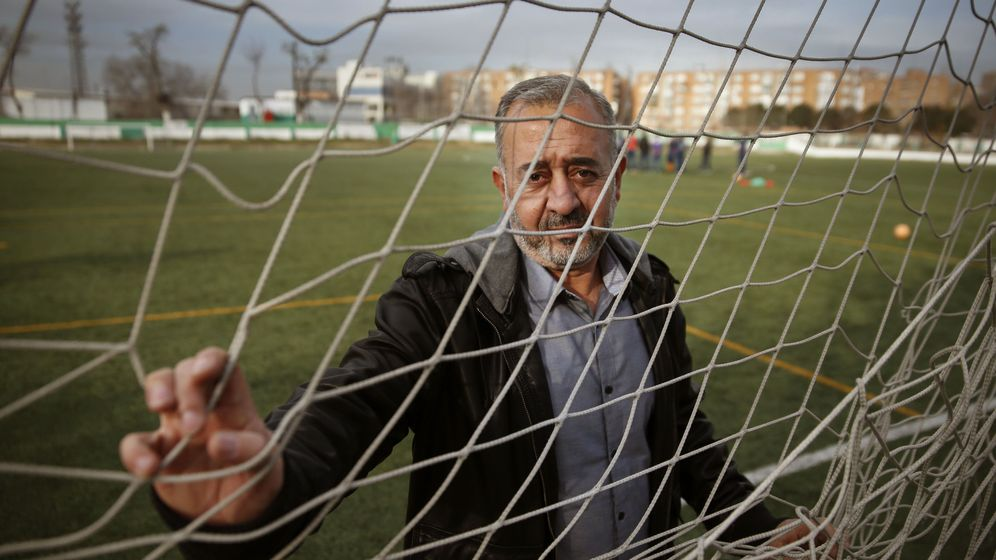Foto: Osama Abdul Moshen en un campo de fútbol de Cenafe. (EFE)