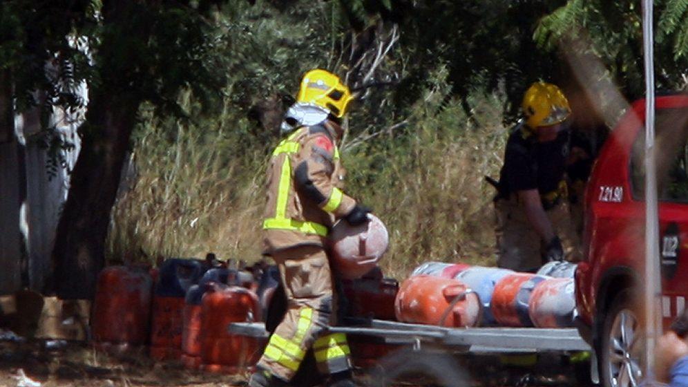 Foto: Los bomberos trasladan bombonas de butano de la casa donde se produjo la explosión en Alcanar (Tarragona). (EFE)