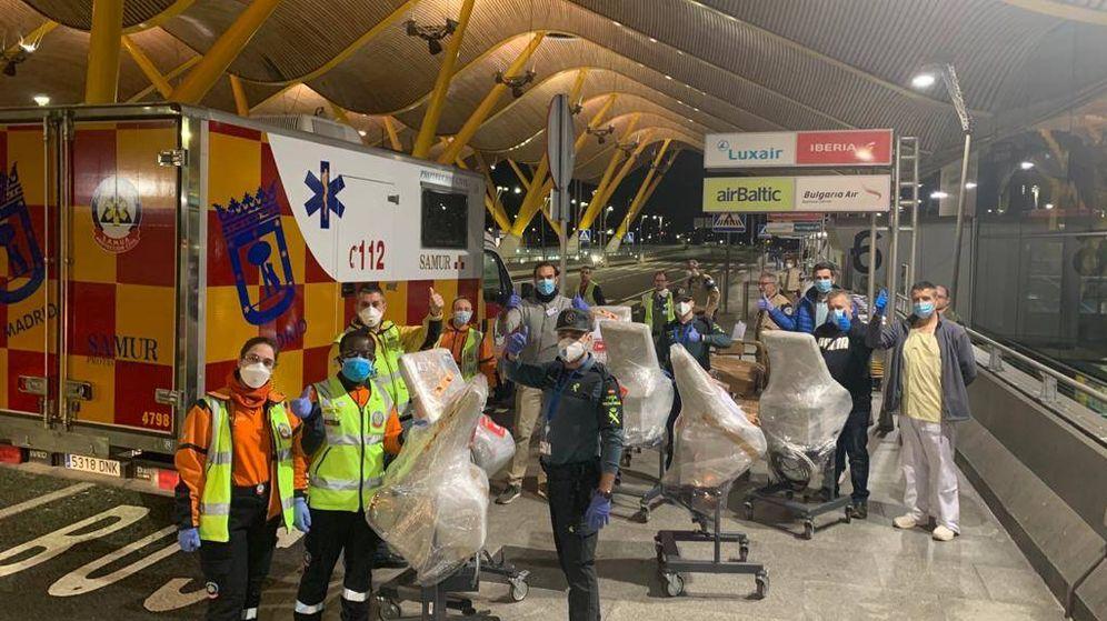 Foto: El nuevo cargamento de respiradores llegó anoche a la T4 de Barajas.
