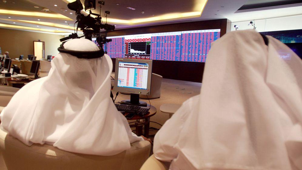 Foto: Inversores observan las pantallas en la bolsa de Doha, la capital de Qatar, el 5 de junio de 2017. (Reuters)