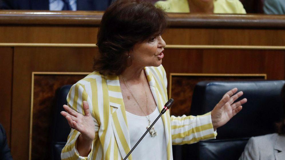 Foto: La vicepresidenta del gobierno Carmen Calvo contesta al diputado de ERC, Joan Tardà, durante su intervención en el Congreso de los Diputados. (EFE)