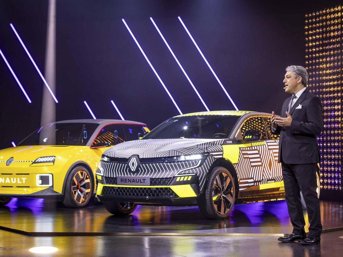 Foto: Luca de Meo, junto a los prototipos del Renault 5 y del Mégane E-Tech Electric.