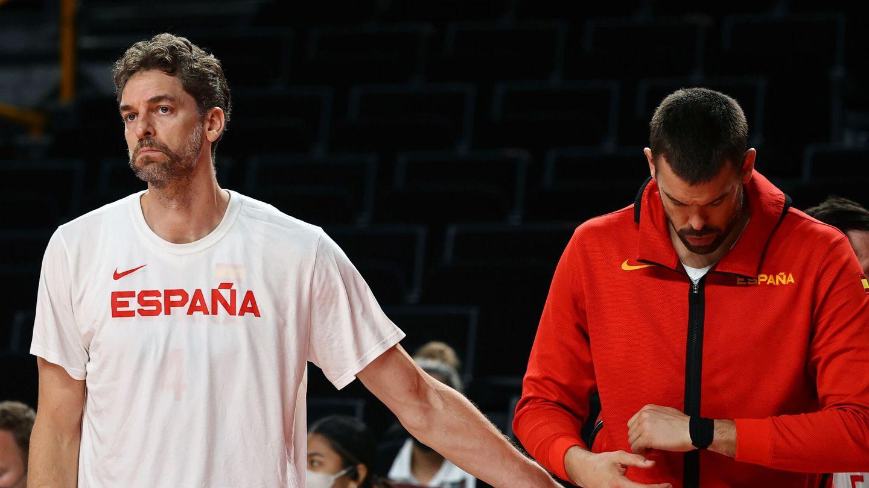 Pau y Marc Gasol, frustrados por la derrota. (Reuters)