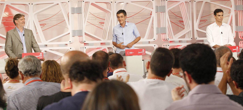 Foto: José Antonio Pérez Tapias, Eduardo Madina y Pedro Sánchez, durante el debate a tres en Ferraz el 7 de julio de 2014. (Inma Mesa / PSOE)