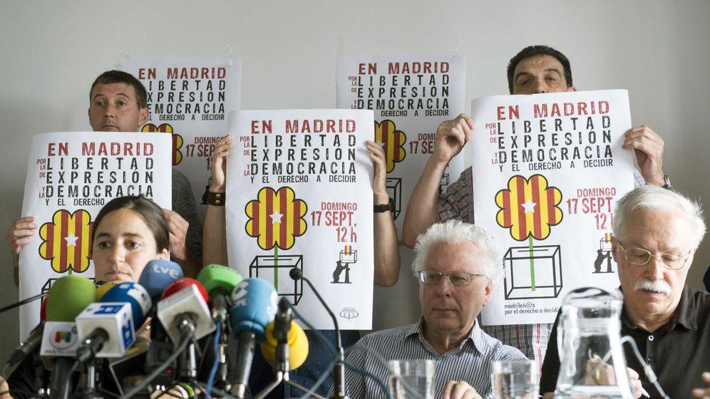 Foto: Elena Martínez, Javier Sádaba y Jaime Pastor, miembros de Madrileñ@s por el Derecho a Decidir, el pasado 13 de septiembre en la capital. (EFE)