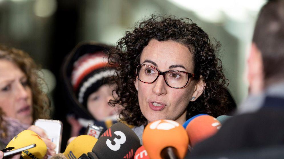 Foto: Marta Rovira atiende a los medios tras la reunión mantenida con el presidente de la Generalitat cesado, Carles Puigdemont, en Bruselas. (EFE)