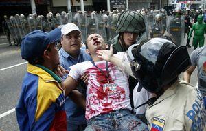 Jóvenes opositores venezolanos honran a sus muertos con violencia