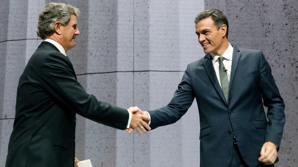 Foto: Pedro Sánchez saluda al presidente del Instituto de la Empresa Familiar, Francisco Riberas. (EFE)