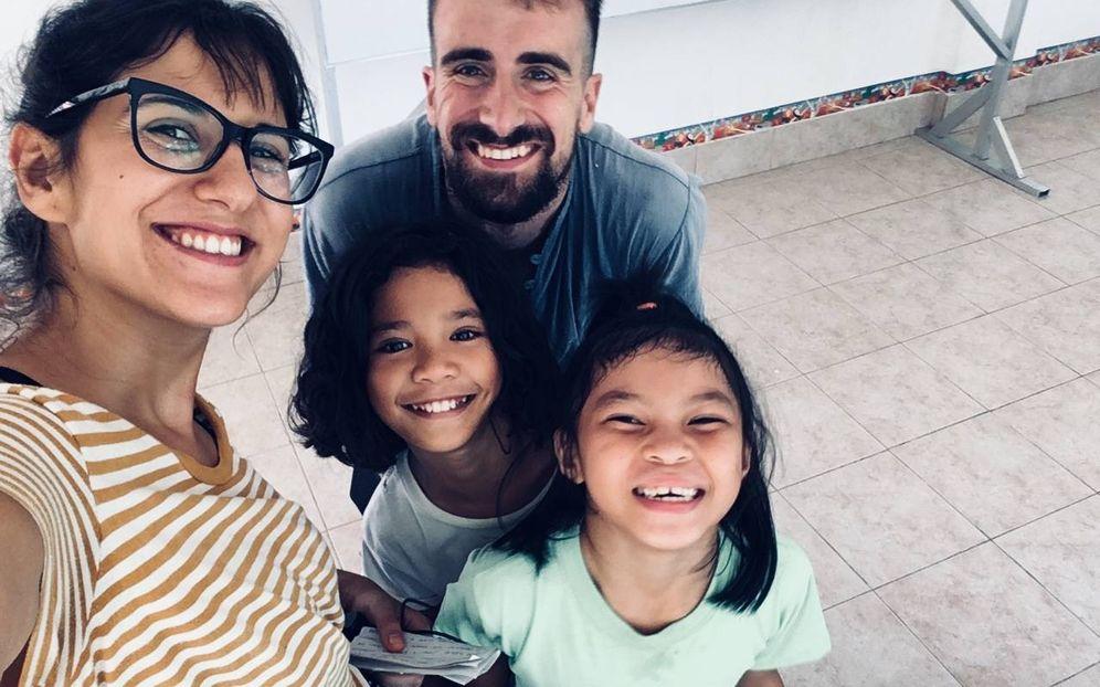 Foto: Marc y Marta, con dos niñas del refugio. (FOTO: Marc y Marta)
