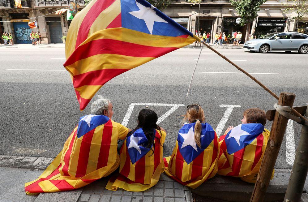 Foto: Un grupo de manifestantes con la estelada durante la Diada. (Reuters)