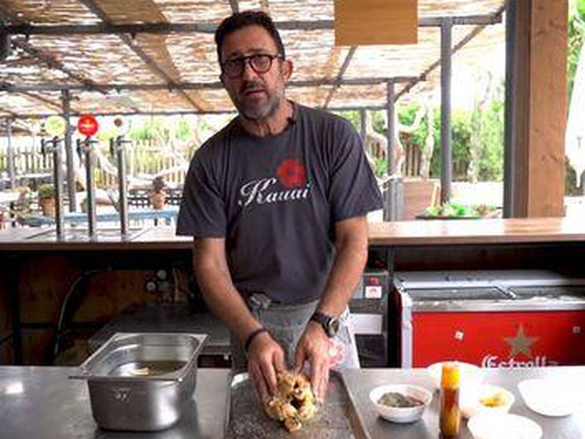 Foto: Óscar Manresa y su pollo-pollo.