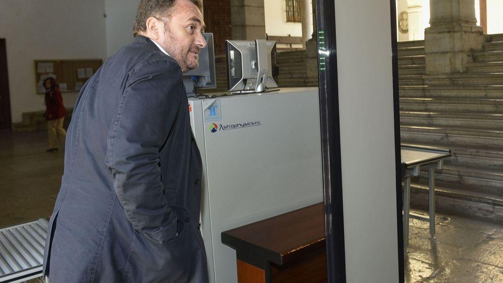 Foto: Exdirector del Centro Andaluz de Flamenco Luis Guerrero llega al TSJA para prestar declaración como investigado. (EFE)