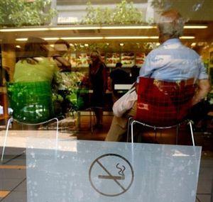 Sanidad prohibirá el año que viene fumar en espacios cerrados