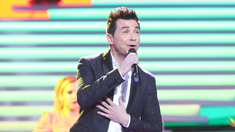 Foto: David Civera cantando en la gala '60 años juntos' (RTVE)