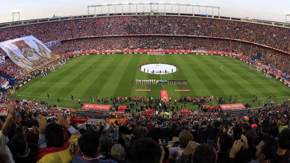 Foto: La grada del Calderón en la última final Barça-Sevilla. (EFE)