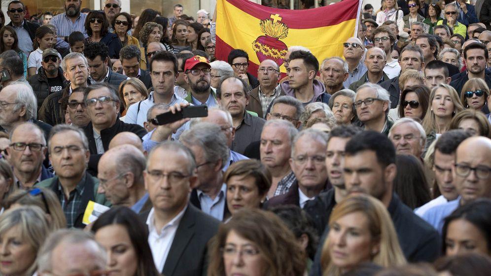 Foto: Manifestación ayer en Pamplona en apoyo a los guardias civiles agredidos en Alsasua. (EFE)