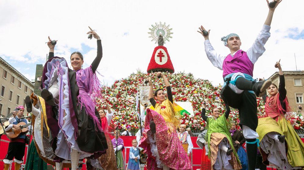 Foto: Ofrenda de flores a la Virgen del Pilar (EFE/Javier Cebollada)