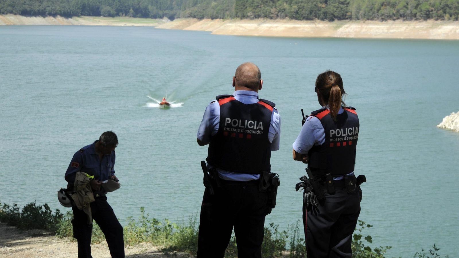 Foto: Los Mossos d'Esquadra y los bomberos, durante la búsqueda de Marc y Paula en el pantano de Susqueda el pasado 29 de agosto. (EFE)
