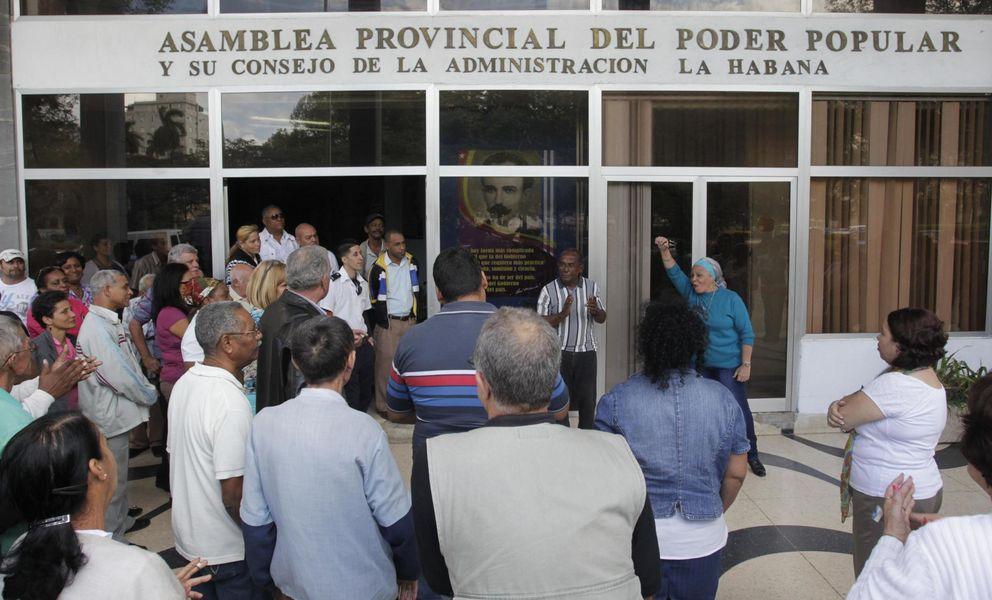 Foto: Cubanos se agolpan ante un edificio de la Asamblea Provincial del Poder Popular para recibir noticias, en La Habana. (Reuters)