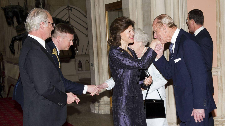 El duque de Edimburgo y la reina Isabel con los reyes de Suecia en 2012. (Getty)