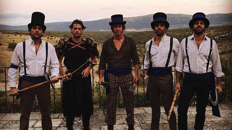 Alonso Aznar y sus amigos, disfrazados de 'La naranja mecánica'. (Redes)