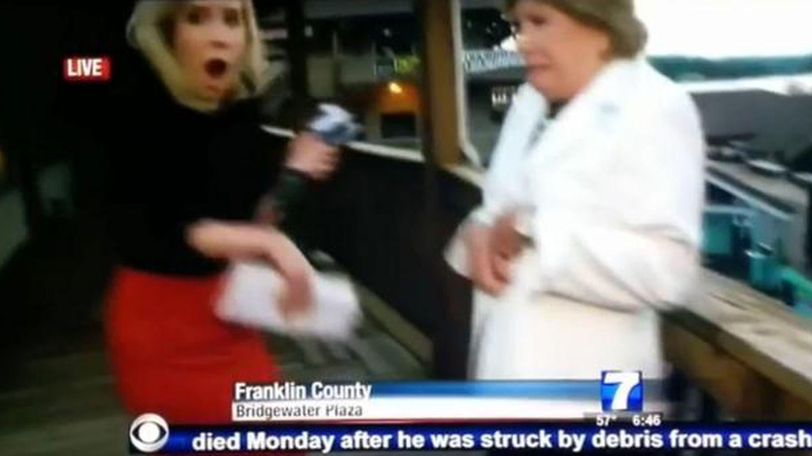 Foto: Reportera y entrevistada en el momento de los primeros disparos. (WDJB-7)