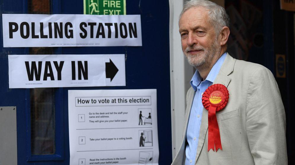 Foto: El líder del Partido Laborista, Jeremy Corbyn (c), sale de un colegio electoral en Holloway, norte de Londres. (EFE)