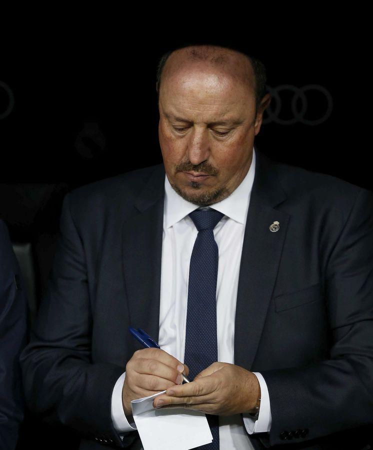 Foto: Rafa Benítez toma notas en el banquillo durante el Real Madrid-Barcelona. (EFE)