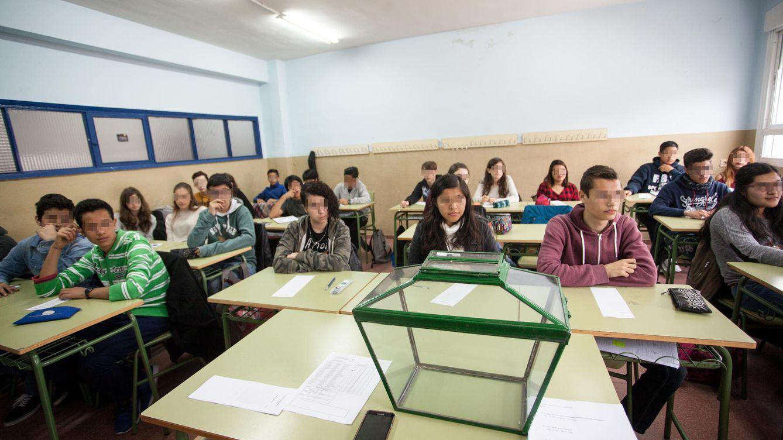 Foto: La clase de Ciencias de 4º de la ESO del Instituto Calderón de la Barca de Madrid antes de la votación. (Enrique Villarino)