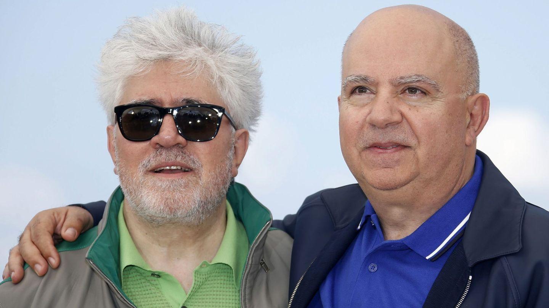 El director Pedro Almodóvar con su hermano, el productor Agustín Almodóvar. (EFE)