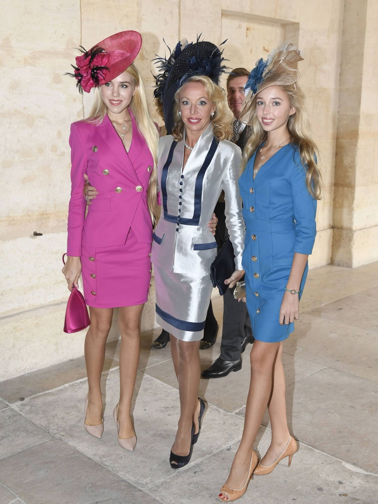 Chiara de Borbón-Dos Sicilias (a la derecha) con su madre y su hermana, hace unos días en París. (Cordon Press)