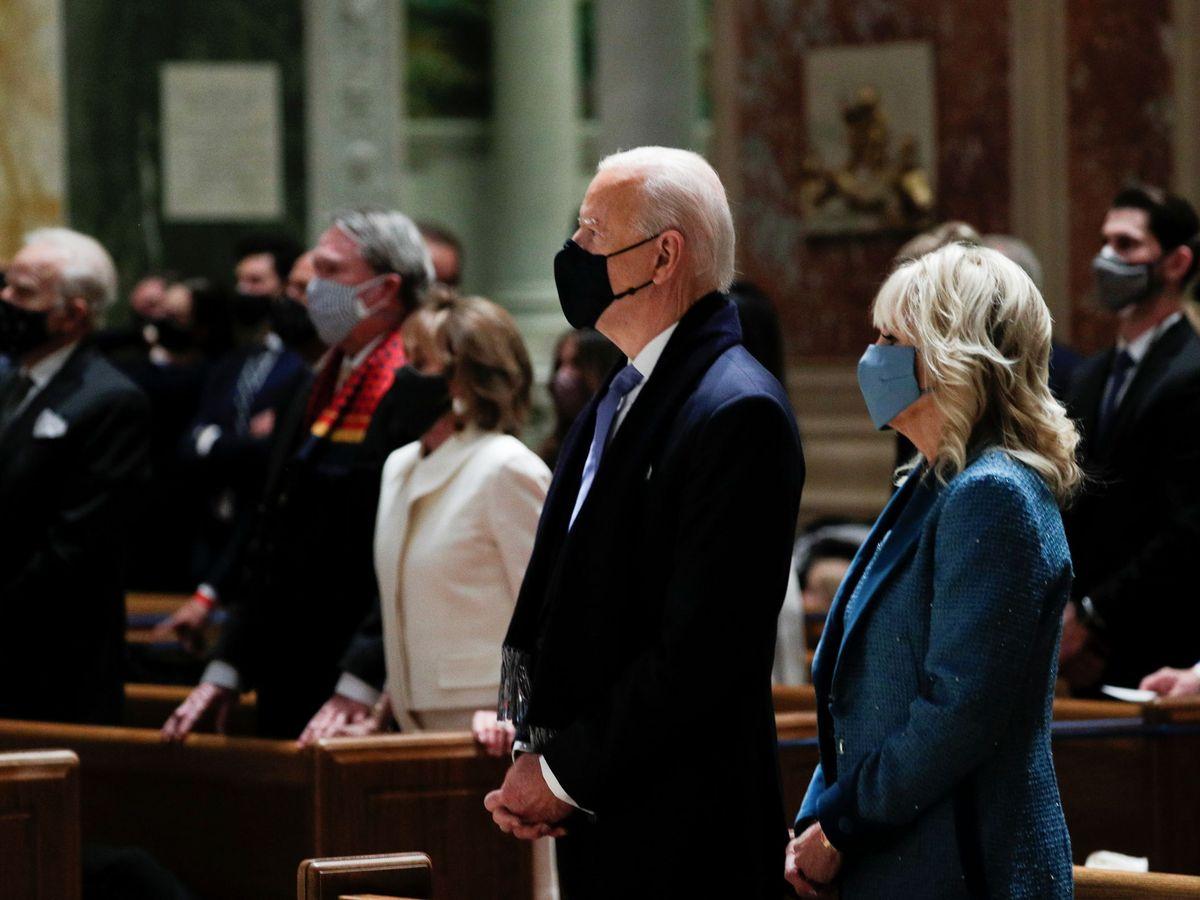 Foto: El presidente electo y Jill Biden, en el servicio religioso. (Reuters)