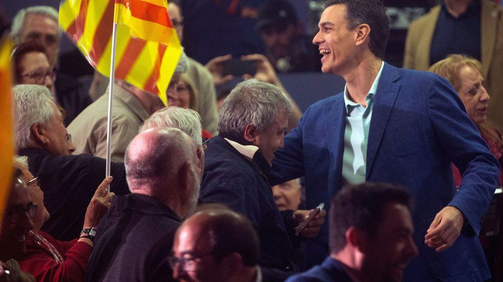 Foto: Pedro Sánchez saluda a varios simpatizantes a su llegada a un acto electoral del PSOE en Badalona. (EFE)