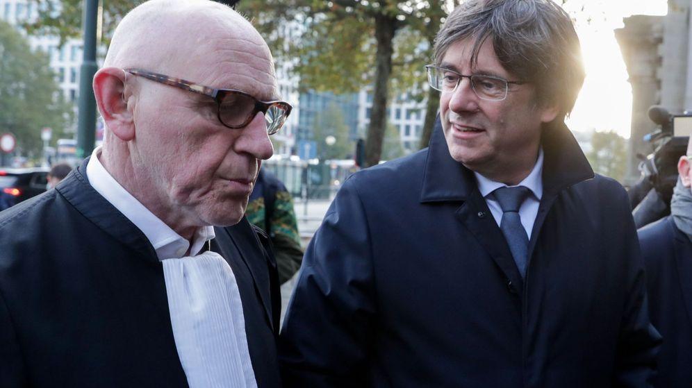 Foto: El expresidente de la Generalitat de Cataluña Carles Puigdemont (d) y su abogado Paul Bekaert (i) a su llegada a una vista en un juzgado en Bruselas, Bélgica, este martes. (EFE)