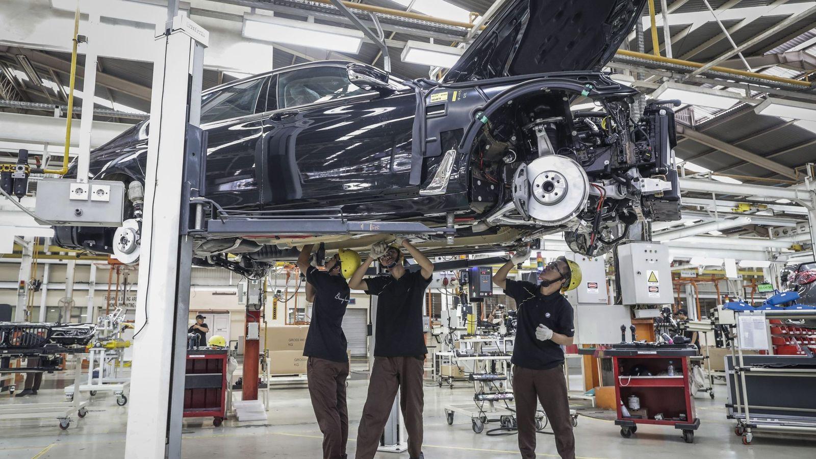 Foto: Empleados realizan su trabajo en una línea de producción de coches. (EFE)